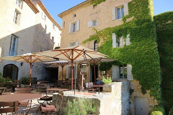 Hotel Crillon le Brave: 美しい敷地内