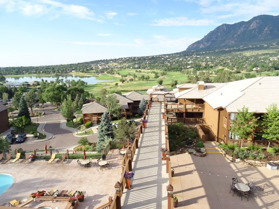 Cheyenne Mountain Resort: View from the terrace with the mountain chain -