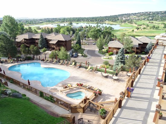 Cheyenne Mountain Resort: Pool and lake area -