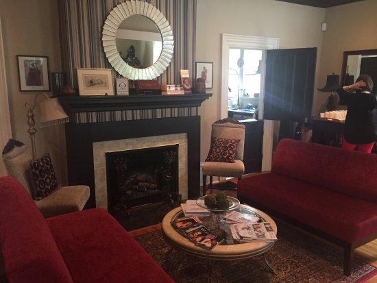 Avery House B&B: Living Room/sitting area