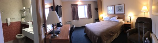 Quality Inn: Panorama of tiny room.