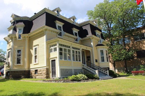 Miramichi, Canadá: Built in 1877, Beaverbrook House is only ten years younger than Canada itself!