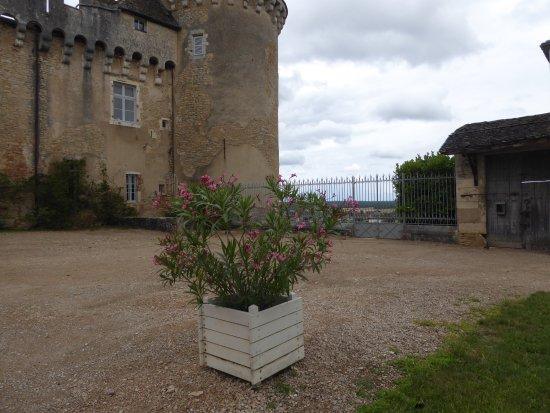 Rully, France: Im Vorhof des Schlosses