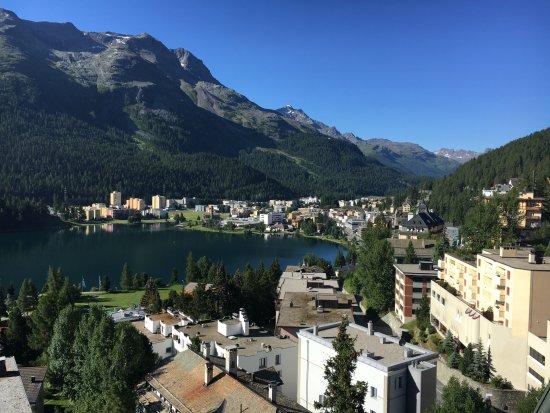 Hotel Schweizerhof: Ausblick vom Balkon von Zimmer 506 auf St. Moritz Bad und See
