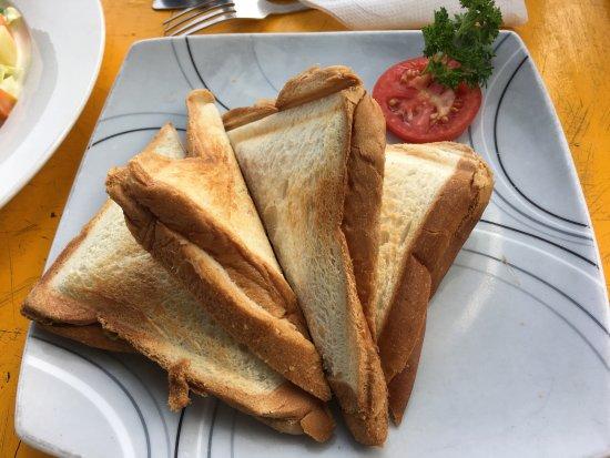 Central Beach Inn: Tuna jaffle and Russian salad
