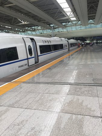 Shanghai Hongqiao Railway Station : Huge high-speed train