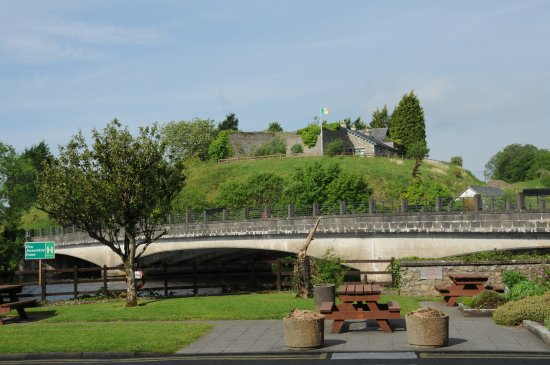 Belleek, UK: Picnic area out front