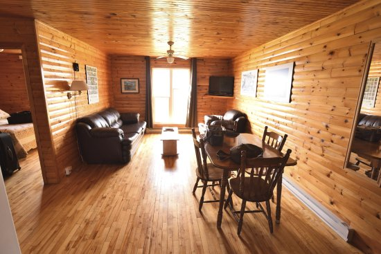 Gros Morne Cabins: Living/dining room