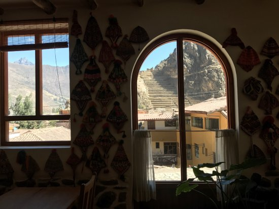 هوستل صوص: Fotos das janelas do quarto e da recepção.