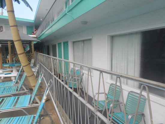 Bel-Air Motel: view of 1st floor room from pool area