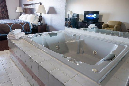 Platteville, WI: Whirlpool Suite King Bedroom