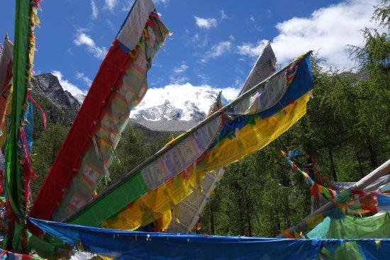 Kangding County, Kina: Prayer flags near the Turquoise Lake