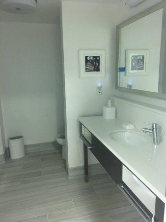 Hampton Inn Mount Airy: Spacious, Modern Bathroom
