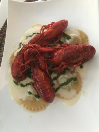 Paciano, Italy: Ravioli ripieni di ceci neri Bio umbri e patate su clorofilla di prezzemolo, crema di parmigiano