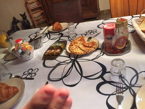 Egletons, Francia: Le petit déjeuner super copieux avec le sourire