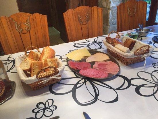 Egletons, Fransa: Le petit déjeuner super copieux avec le sourire