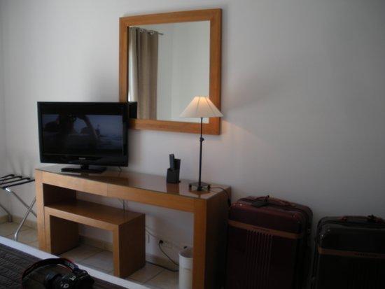 Lilium Maris: desk & TV in room 28