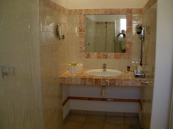 Lilium Maris: bathroom in room 28