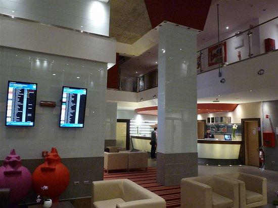 Best Western Plus Quid Hotel Venice Mestre: Lobby mit Fluganzeige und Rezeption