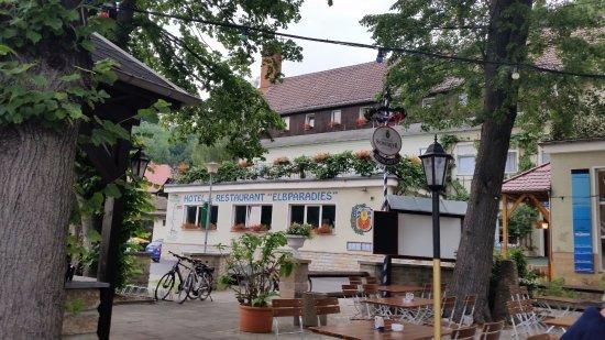 Hotel Elbparadies: Blick vom Biergarten an der Elbe auf das Hotel