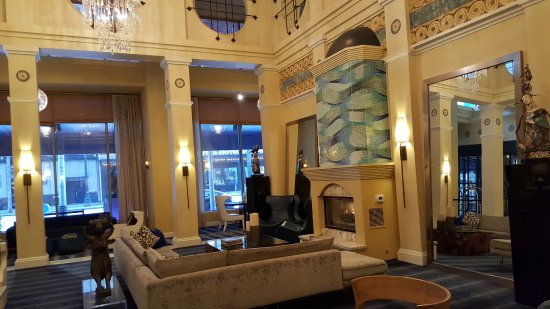 Kimpton Hotel Monaco Seattle: Plenty of room to lounge in comfort in the elegant lobby