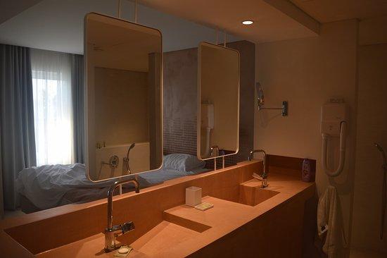 open badkamer met bad en douche en afgesloten toilet - Picture of ...