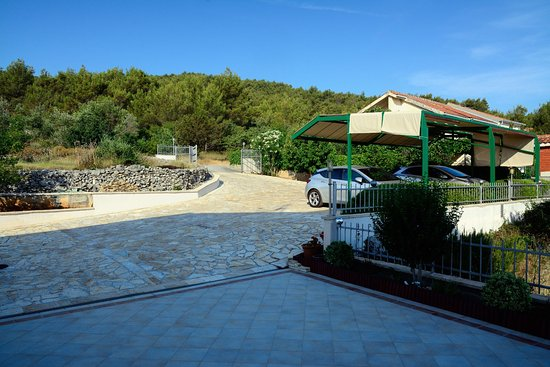 Slatine, Croacia: Entrance and parking space