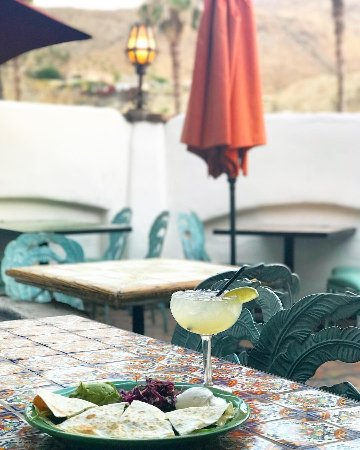 Rancho Mirage, Californien: quesadilla and classic margarita on the patio for lunch