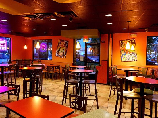 Moreno Valley, CA: Taco Bell 6, Empty diner, but service was slow!
