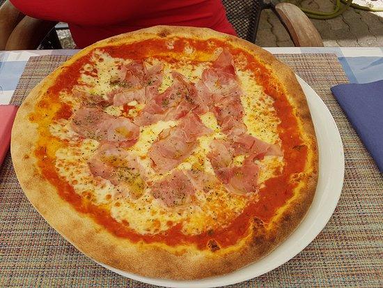 Birsfelden, Swiss: pizza prosciutto