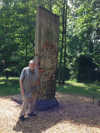 Chalk Hill, Πενσυλβάνια: A stela of the Berlin wall, on the sculpture trail at Kentuck Knob