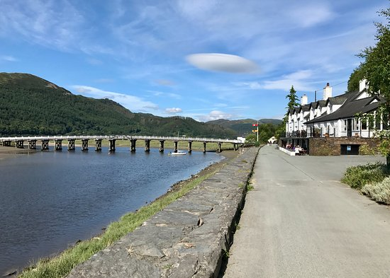 Penmaenpool, UK: George 111 and Wooden Bridge