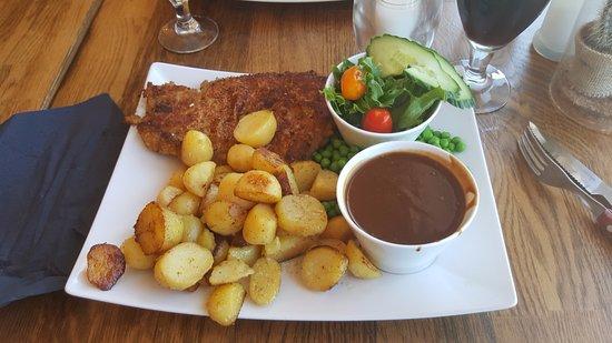 Karrebaeksminde, Dania: Wienerschnitzel med salat, kartofler og brun sovs