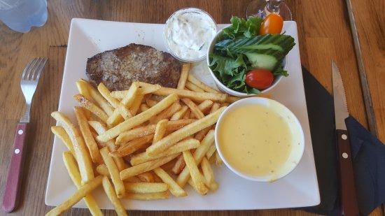 Karrebaeksminde, Dania: Hvidløgs Steak med pommes frites, salat, tzatziki og bearnaise sovs