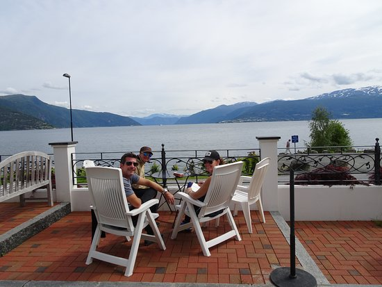Balestrand Hotel: Our afternoon meeting spot in front of the hotel--a great place for an appetizer and a glass of