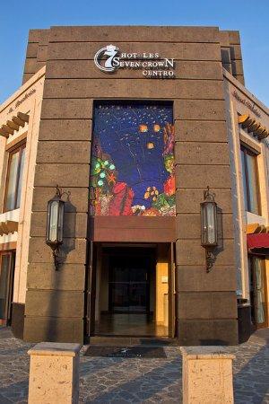 Seven Crown La Paz Centro : Corner main entrance.