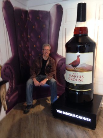 Crieff, UK: Posing with the world's largest bottle (crafted in Poland)!
