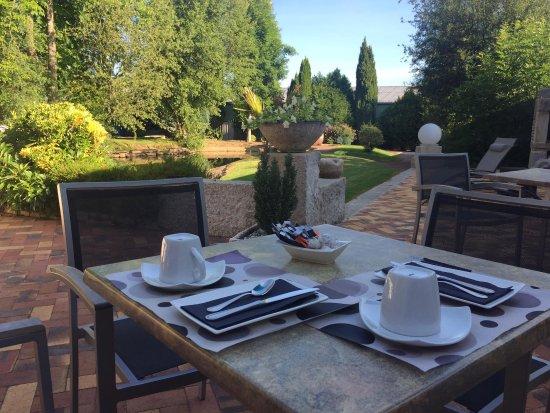 Villaines la Juhel, France : Petit déjeuner servit en terrasse