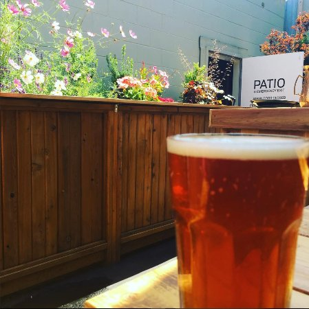 Abbotsford, Canadá: Beer on the patio!