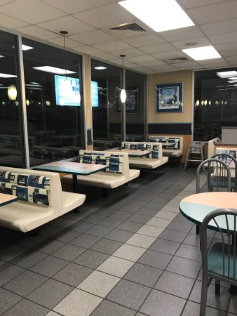 Logan, Virginia Occidental: Handicapped accessible bathroom  & restaurant