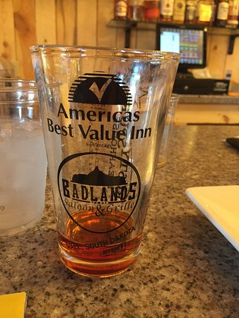 Badlands Saloon and Grille: Really enjoyed sitting at the bar sipping Knucklehead Red watching the Red Sox game!  Great Caes