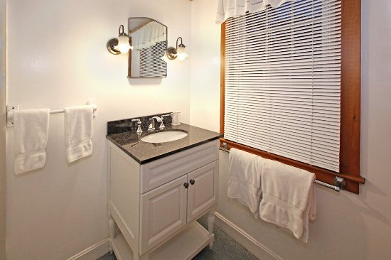 Cove Bluffs Inn: Recently upgraded bathroom.