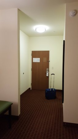 DeFuniak Springs, FL: Room entryway & bathroom (to the right). 1st part of the room.