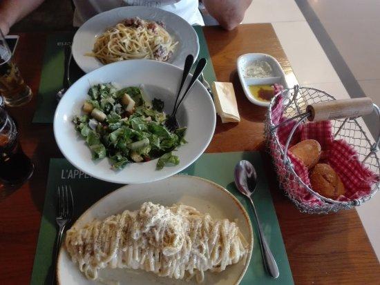 Marousi, Grecia: Caesar's con pollo,  carbonara and Pasta alla Parmigiana!!!