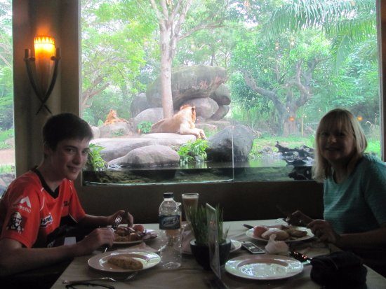 Mara River Safari Lodge: Eating breakfast with a view of the lions