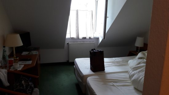 12 Quadratmeter mit massiver Schräge (Zimmer 210)