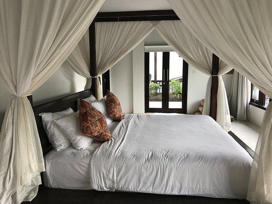 Fraser Baye Villas: Amazingly big and comfortable bed.