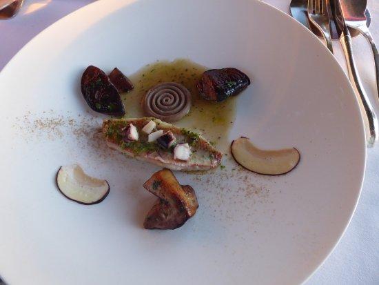 Restaurant Le Saint-James Relais & Chateaux : Filet de rouget et cèpes...alliance étonnante qui ravit les papilles!