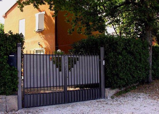 San Costanzo, Italy: il Casolare Ingresso carraio - Fano PU - Redgekko B&B
