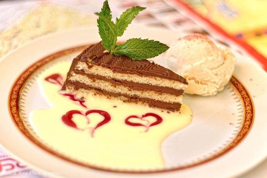 Miribel-les-Echelles, França: Gâteau au chocolat & sa glace vanille, tout est fait maison, Tip-Top!!!